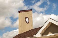 Horloge en bois de tour photographie stock libre de droits