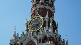 Horloge en gros plan sur la tour de Spasskaya de Kremlin contre le ciel bleu un jour ensoleillé d'été Vue de Moscou, clips vidéos