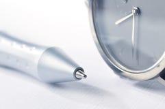 Horloge en pen Stock Afbeeldingen