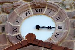 Horloge en pierre rose d'église de San Lorenzo de Ziga photo stock