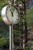 Horloge en stationnement au quai jaune canari Image stock