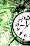 Horloge et argent comptant photos stock