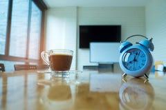 Horloge et café sur la table dans le lieu de réunion Photo libre de droits