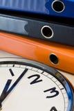 Horloge et cahiers photographie stock libre de droits