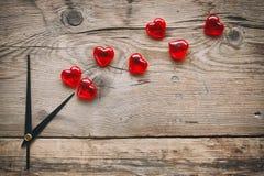 Horloge et coeurs d'abrégé sur jour du ` s de Valentine Photos libres de droits