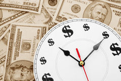 Horloge et dollars Photos stock