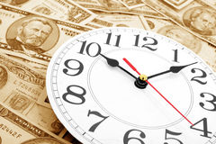 Horloge et dollars de mur Photo stock