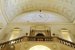 Horloge et escaliers à Naples Images stock