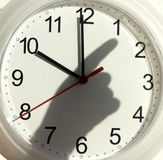 Horloge et l'ombre de la main Images libres de droits
