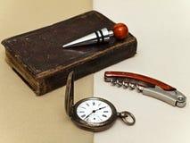 Horloge et livre Photographie stock