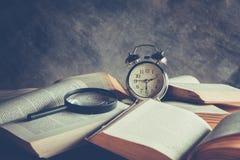Horloge et livre Photographie stock libre de droits