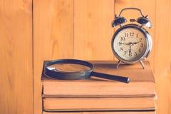 Horloge et livre Image stock