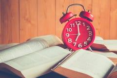 Horloge et livre Images libres de droits