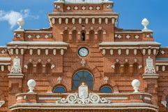 Horloge et manteau des bras sur la gare ferroviaire à Kazan Photographie stock libre de droits