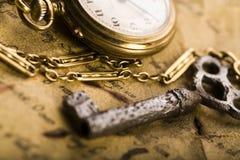 Horloge et manuscrit antique Images libres de droits