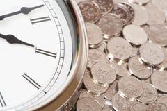 Horloge et pièces de monnaie Images stock
