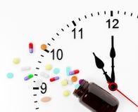 Horloge et pillules Image libre de droits