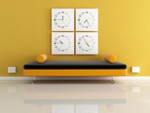 Horloge et sofa orange Photographie stock libre de droits