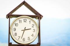 Horloge extérieure avec le cas en bois photographie stock libre de droits