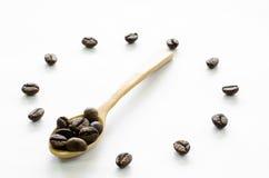 Horloge faite à partir des grains de café sur le fond blanc, café d'amour Photographie stock