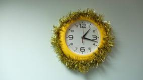 horloge fleurie dans le cadre jaune Photo libre de droits