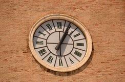 Horloge historique de tour avec des chiffres dans le noir Image libre de droits