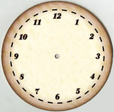 Horloge jaunie et de papier de vintage de cadran avec 12 chiffres et sans flèches restauré Sur un fond blanc Photo libre de droits