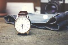 Horloge, jeans en camera Stock Afbeelding