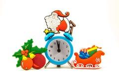 Horloge, le père noël, traîneau, boules de Noël Images stock