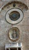 Horloge mécanique antique dans la tour du plateau dans la ville Images stock