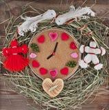 Horloge met harten in het nest. Stock Afbeeldingen