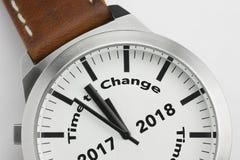 Horloge met teksttijd om 2017 2018 te veranderen Stock Fotografie