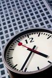 Horloge moderne d'acier inoxydable au quai jaune canari Images stock