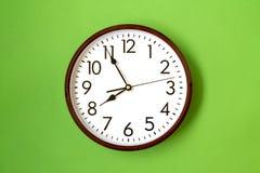 Horloge montrant l'heure de 7h55 images libres de droits