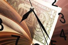 Horloge murale avec les nombres et le fond noirs d'argent photographie stock