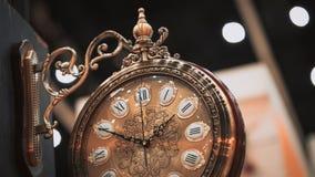 Horloge murale décorative accrochante de vintage images stock