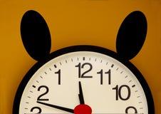 Horloge murale d'imagination Seulement une moitié avec l'ordre des nombres inversés Photo libre de droits