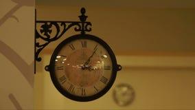 Horloge murale dans la conception classique et moderne banque de vidéos