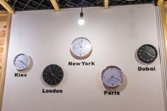 Horloge murale dans le bureau photo stock