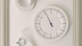 Horloge murale de montre de cuisine à l'inclinaison de timelapse banque de vidéos