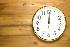 Horloge murale sur le mur en bois Photographie stock libre de droits