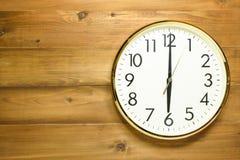 Horloge murale sur le mur en bois Photos stock
