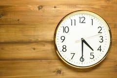 Horloge murale sur le mur en bois Photo libre de droits