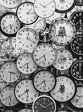 Horloge noire et blanche images stock