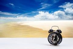 Horloge noire sur le fond blanc de mer de table et de tache floue Images libres de droits