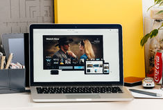 Horloge nu - Apple-nieuwe de eigenschapoptie van TV Stock Foto's