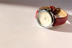 Horloge op een lichte achtergrond Stock Foto's