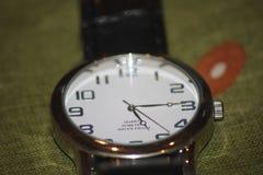 Horloge op greenbackground royalty-vrije stock foto