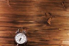 Horloge op houten achtergrond Royalty-vrije Stock Afbeeldingen