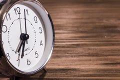 Horloge op houten achtergrond Royalty-vrije Stock Afbeelding